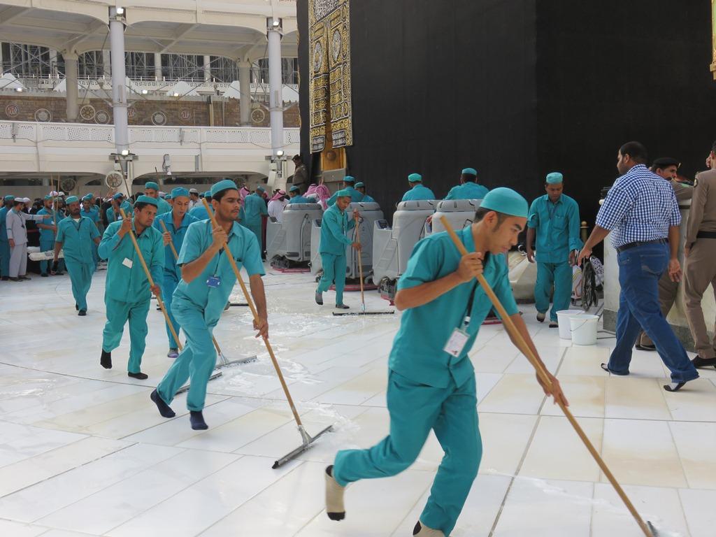 Как чистят мечеть Аль Харам в Мекке